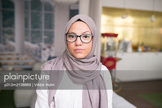 Young woman looking at camera in office - p312m2138869 by Viktor Holm
