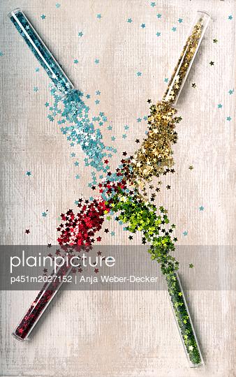 Glitzersterne in Rörchen - p451m2027152 von Anja Weber-Decker
