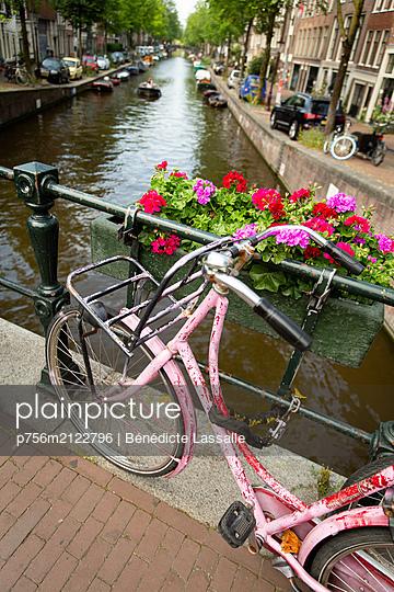 Vintage bicycle on a bridge in Amsterdam - p756m2122796 by Bénédicte Lassalle