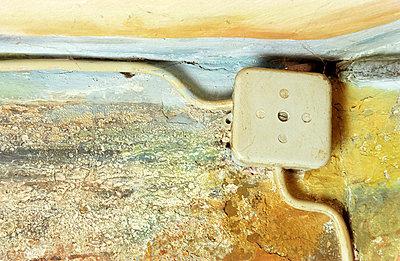 Verteilerdose auf Wand - p1650031 von Andrea Schoenrock