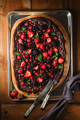 Pizza with berries with nutella and minz - p300m981531f by Elisabeth Cölfen