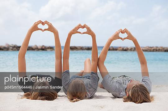 Mädchen formen Herzen mit Händen - p045m1564446 von Jasmin Sander