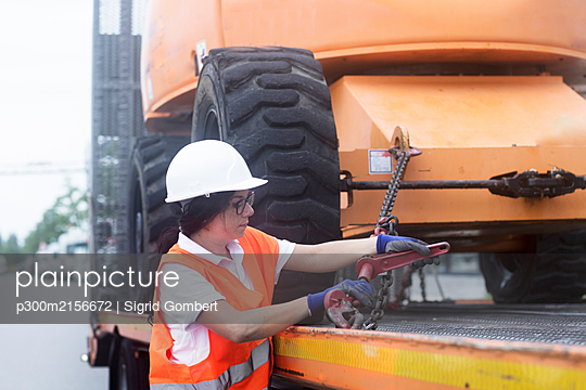 Young female construction engineer at construction site - p300m2156672 by Sigrid Gombert