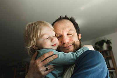 Affectionate father carrying little daughter at home - p300m2160151 by Irina Heß