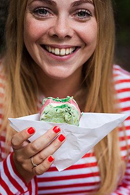 Blonde Frau isst Macarons-Eis - p045m2008431 von Jasmin Sander