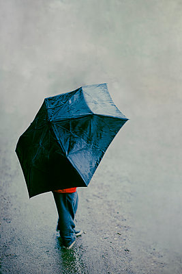 Child with an umbrella in the rain - p1228m2228437 by Benjamin Harte