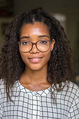 Portrait junge Frau - p1284m1165476 von Ritzmann