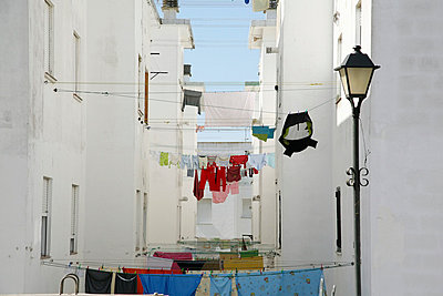 Drying laundry between houses - p3170244 by Nina Steul