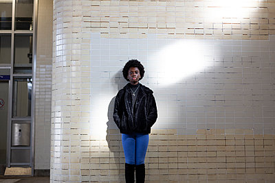 Germany, Berlin, young dark-skinned woman in the subway station, portrait - p975m2247753 by Hayden Verry