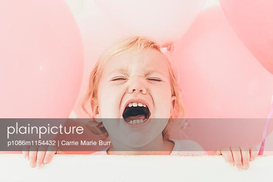 Kleines Mädchen weint heftig - p1086m1154432 von Carrie Marie Burr