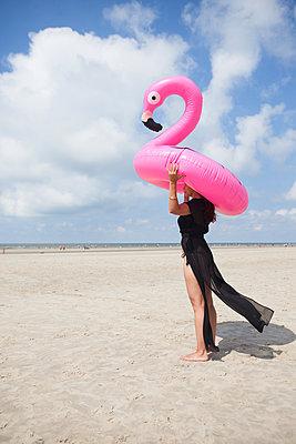 Junge Frau mit pinkem Flamingo - p045m2005007 von Jasmin Sander