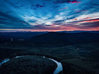 Flussverlauf in einer Hügellandschaft - p1455m2204785 von Ingmar Wein