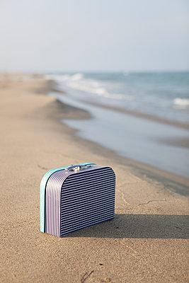 Koffer am Meer - p505m1108405 von Iris Wolf