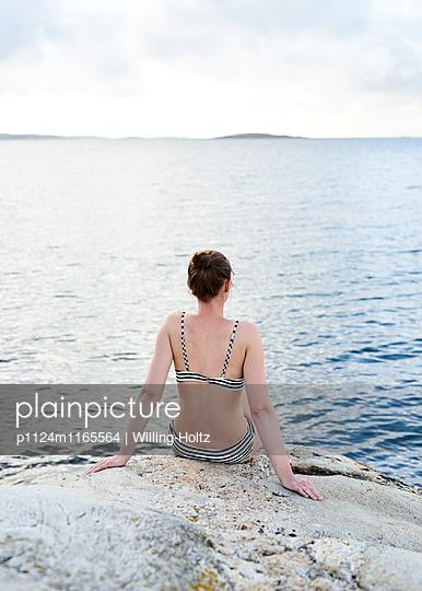 Frau in Bikini am Meer - p1124m1165564 von Willing-Holtz