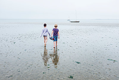 Zwei Kinder gehen durchs Watt - p1046m1138194 von Moritz Küstner