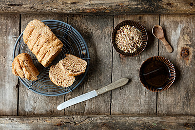 Traditionally Egyptian nut spice blend dukkah with bread and olive oil - p300m1567935 by Eva Gruendemann