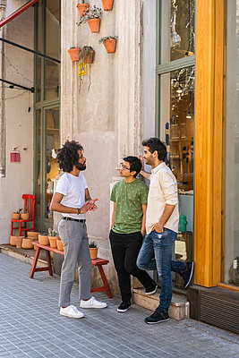 Three young men talking in the city - p300m2113922 by VITTA GALLERY
