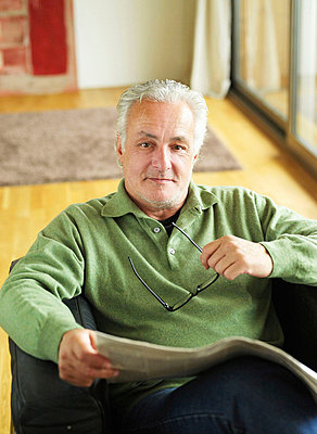 Älterer Mann liest Zeitung  - p6430059 von senior images