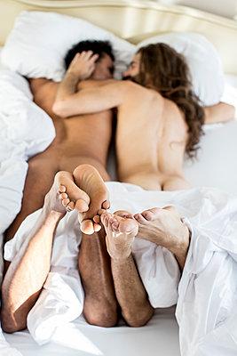Schwules Paar im Bett - p787m2115254 von Forster-Martin