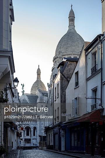 Montmarte, empty alley, Paris, France, shutdown due to Covid-19 - p1329m2177982 by T. Béhuret