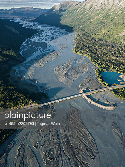 Dronenaufnahmen eines Gletscherflusses - p1455m2203793 von Ingmar Wein