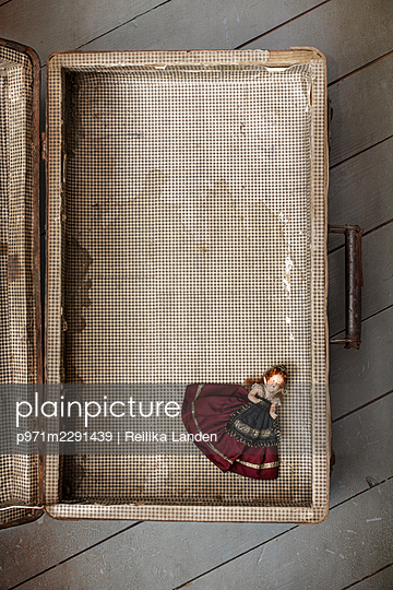 Antique doll in a suitcase - p971m2291439 by Reilika Landen