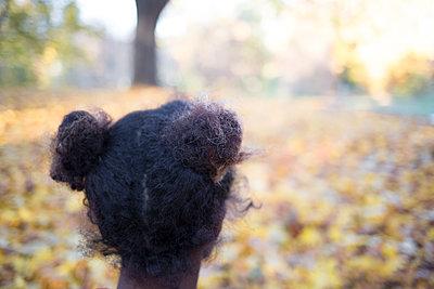 Junge Frau im herbstlichen Park - p1325m1216724 von Antje Solveig