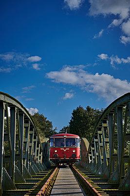 Historische Bahn fährt über eine Brücke - p227m1503284 von Uwe Nölke