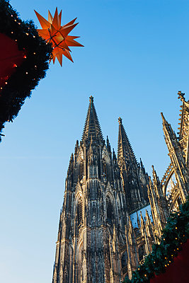 Germany, Cologne, view to Cologne Cathedral at Christmas time - p300m1460635 by Gaby Wojciech