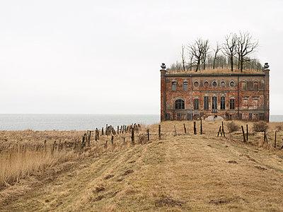 Altes Haus am Meer - p979m1035155 von Matthias Jung