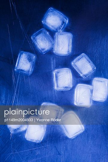 Ice cubes - p1149m2004933 by Yvonne Röder