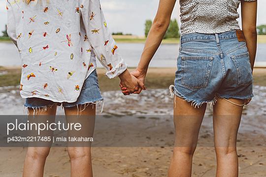 Beste Freundinnen halten sich an der Hand - p432m2217485 von mia takahara