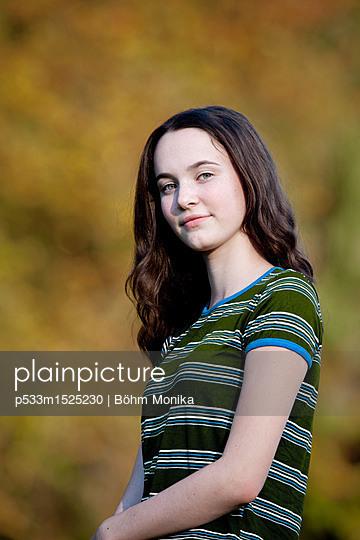 Porträt mit Herbststimmung - p533m1525230 von Böhm Monika