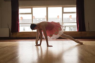 Ballerina practicing ballet dance - p1315m2017666 by Wavebreak