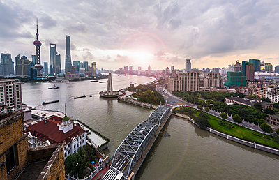 Waibaidu Bridge, the Bund and Pudong skyline, high angle view, Shanghai, China - p429m2074940 by Henglein and Steets