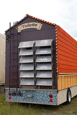 Mobile toilette - p993m823505 by Sara Foerster