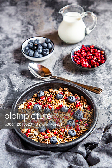Bowl of muesli with blueberries and pomegranate seed - p300m2013023 von Sandra Roesch