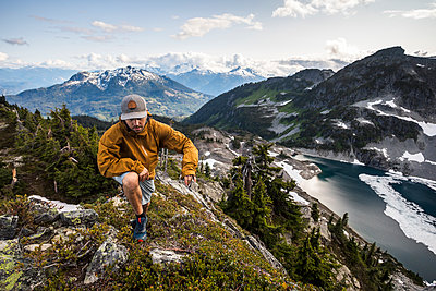 A man hikes along an alpine ridge in the mountains. - p1166m2136712 by Cavan Images