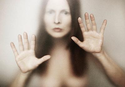 Frau hinter Glas - p1574m2147956 von manuela deigert
