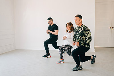 Friends doing lunges in studio - p924m2135670 by Sara Monika