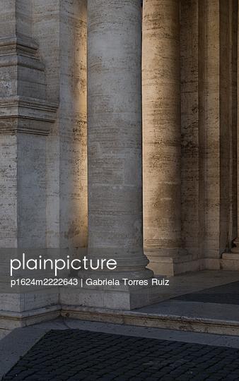 Italien, Rom, Säulen - p1624m2222643 von Gabriela Torres Ruiz