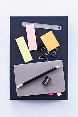 Auf dem Schreibtisch - p1149m1590648 von Yvonne Röder