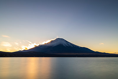 Sunset view of Mount Fuji from lake Yamanaka, Yamanashi Prefecture, Japan - p1166m2285587 by Cavan Images