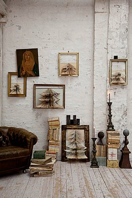 Concertina paper Christmas trees in picture frames on wall in rustic interior - p1183m996980 by Grossmann.Schuerle