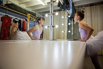 Side view of girl looking in mirror - p1315m1483987 by Wavebreak
