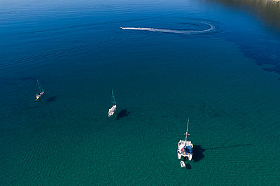 Three sailing ships and a motorboat, aerial view - p1437m2283314 by Achim Bunz