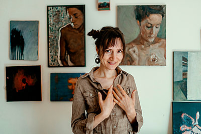 Portrait of a smiling female painter in her studio - p300m2132338 by Oxana Guryanova