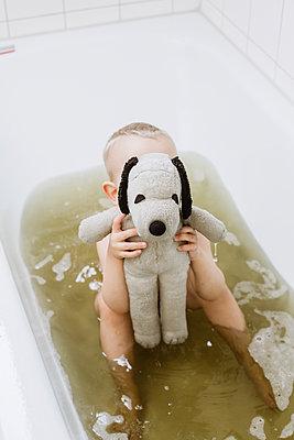 Kind versteckt sich hinter seinem Stofftier - p606m2172373 von Iris Friedrich