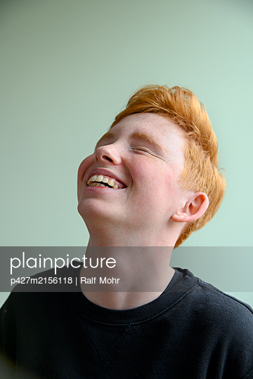 Red-haired girl, laughing - p427m2156118 by Ralf Mohr
