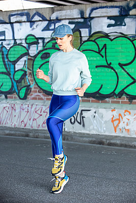 Woman jogging in Hamburg - p1678m2262298 by vey Fotoproduction